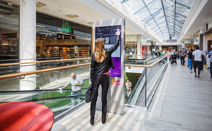 online-offline-experience-shopping-malls-social-media-wall-digital
